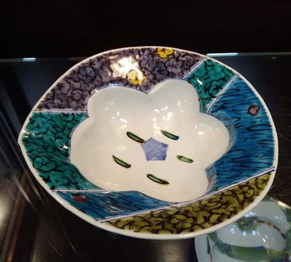 梅をモチーフにした鉢です。