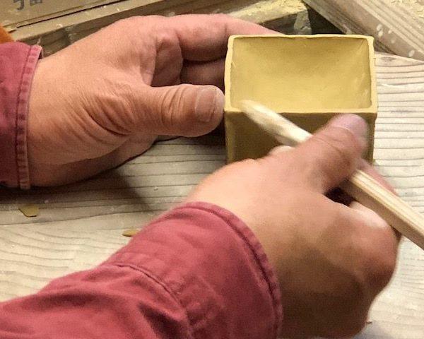 磁器工房白象の代名詞的作品の「六面盃」はサイコロ状態の塊から、ちょっとずつちょっとずつ手で伸ばしながら作ります。
