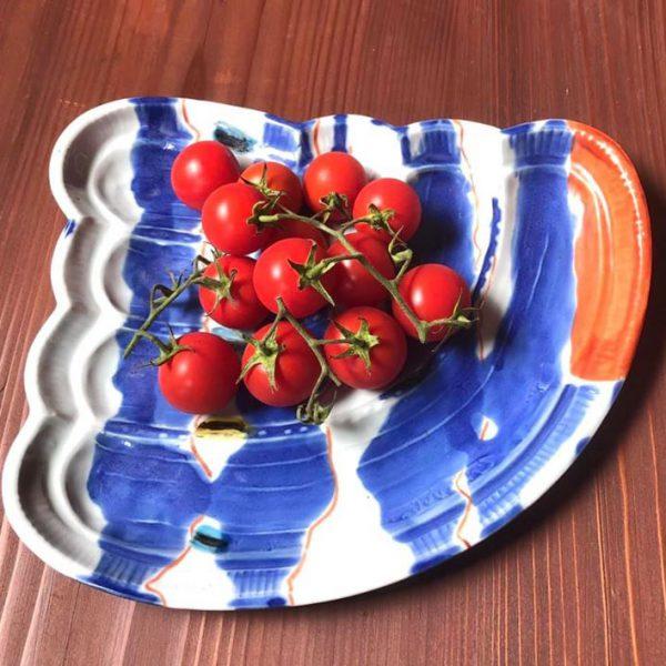 波なみ皿にトマト